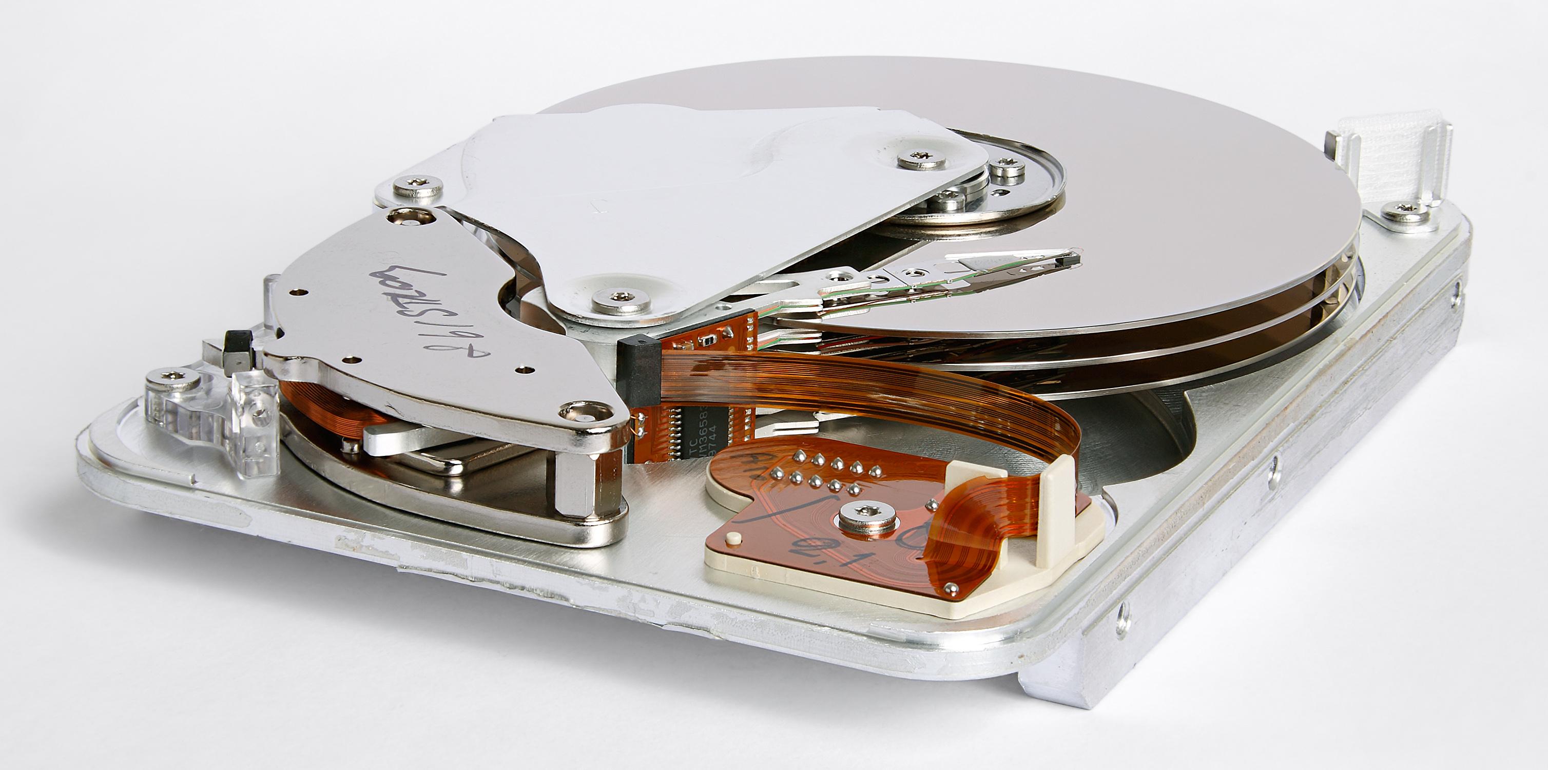 هارد دیسک یا دیسک سخت چیست و چگونه کار می کند؟